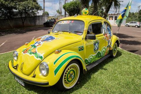 Funcionário de Pinhalzinho decora fusca com tema da Copa do Mundo