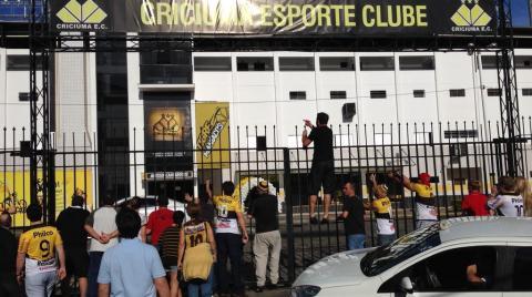 Torcedores do Criciúma protestam em frente ao Heriberto Hülse
