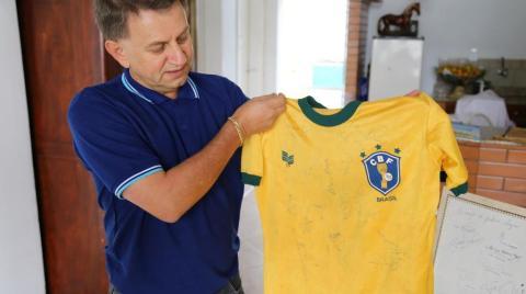 Morador do Oeste coleciona itens da Seleção Brasileira há 40 anos