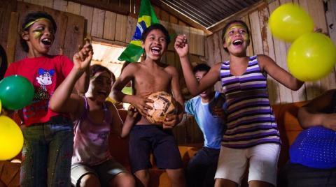 Índios em Chapecó jogam futebol na aldeia antes de ver a Seleção Brasileira