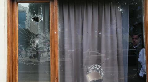 Lojas quebradas e trabalho de limpeza em Bunos Aires