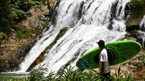Catarinense Marcelo Galizio desafia cachoeiras pelo mundo