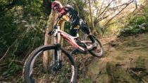 Lucas Borba desce por um dos trechos mais difíceis da trilha
