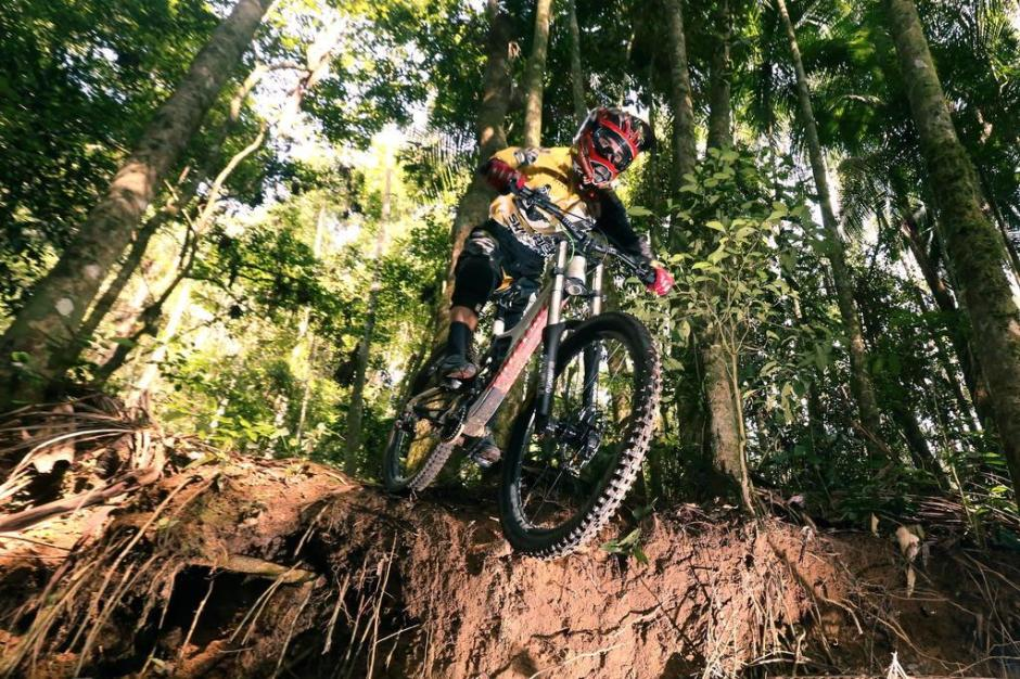 Lucas Borba cruza o trecho de mata fechada da trilha em Ibirama