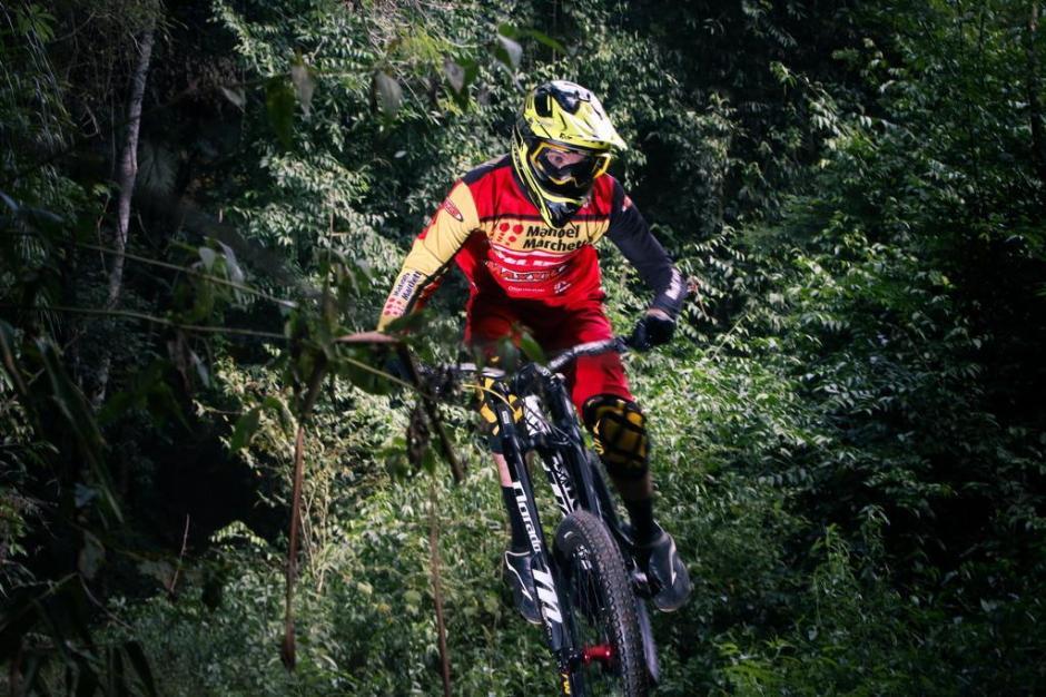 Nataniel salta em um dos trechos mais velozes da trilha em Ibirama