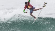 Hizunomê Bettero, de São Paulo, dando um aéreo em Maresias
