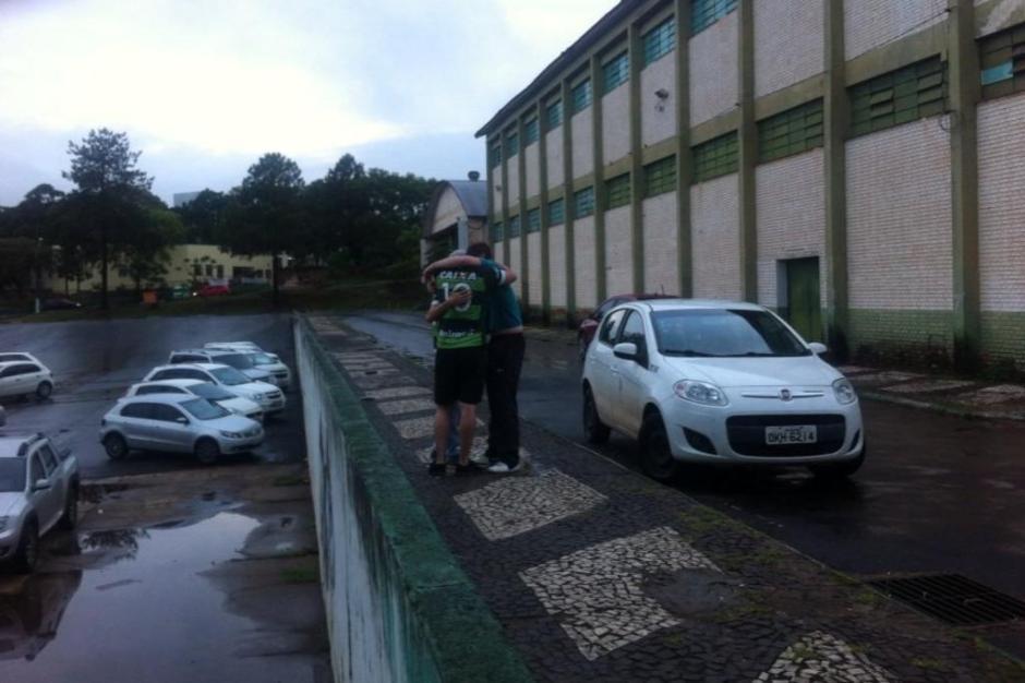 Torcedores da Chapecoense choram na sede do clube.