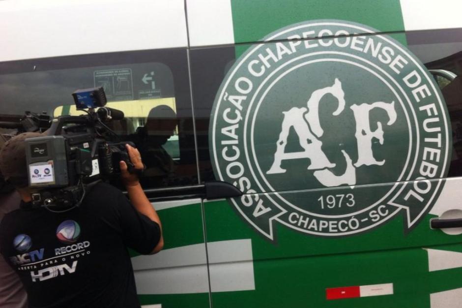 Equipe de médicos saindo do clube para ir para a Colômbia