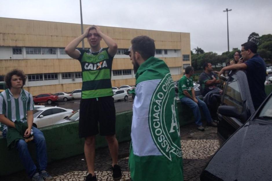 Choro dos torcedores da Chapecoense ao receberem a notícia das mortes.