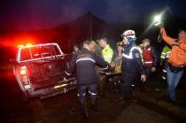 Chovia na região e a polícia só conseguia acessar o local do acidente por terra, devido à baixa visibilidade
