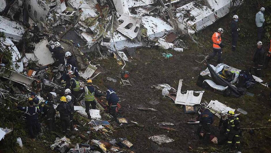 As primeiras fotos do local feitas durante o dia mostram que os destroços do avião se espalharam pelo terreno