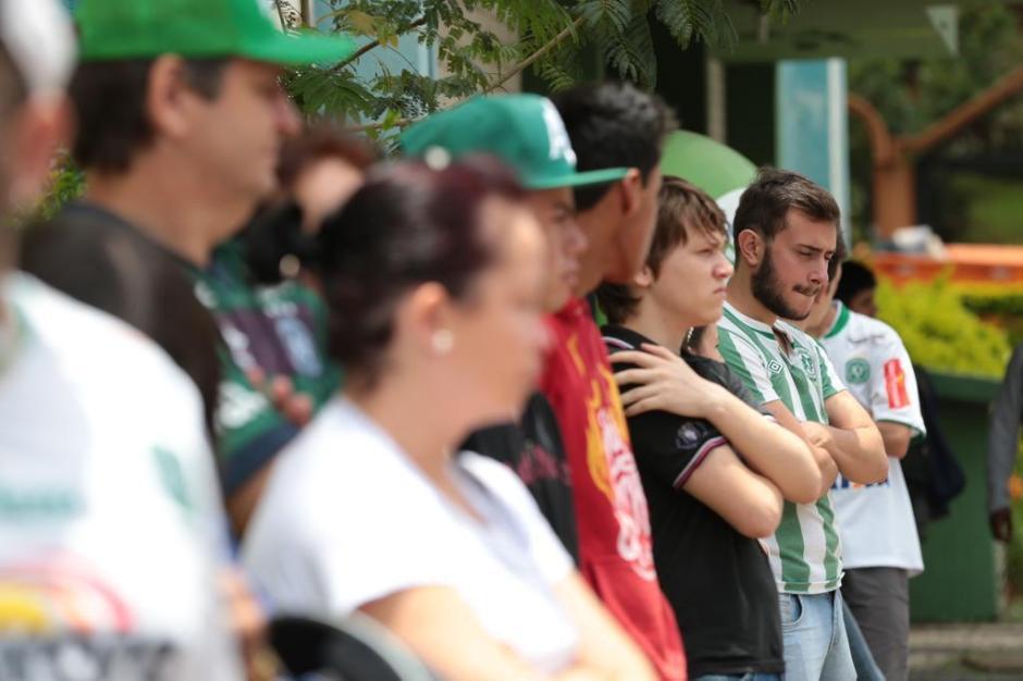 Torcedores rezam no estádio da Arena Condá da Chapecoense.