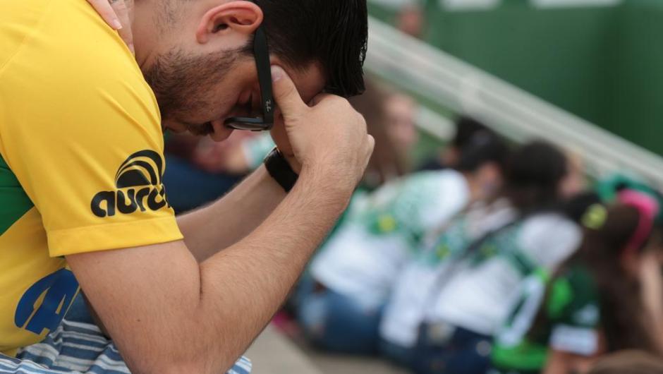 Torcedores rezam no estádio da Arena Condá da Chapecoense