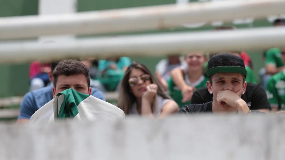 Acidente com avião da Chapecoense na Colômbia faz com que torcedores se dirijam até a Arena Condá.