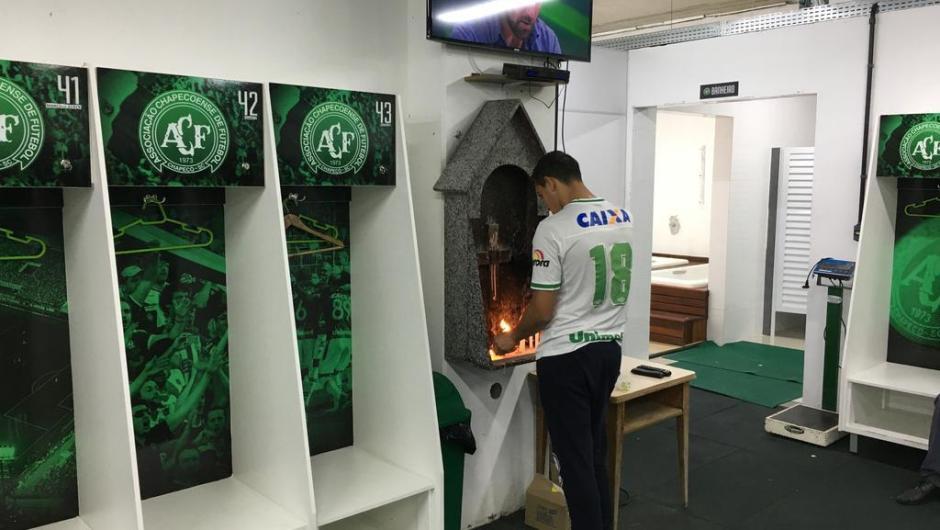 Torcedores da Chapecoense fazem vigília na Arena Condá