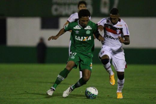 Joinville dá trabalho para a Chapecoense, mas estreia com empate sem gols  Marcio Cunha/Especial